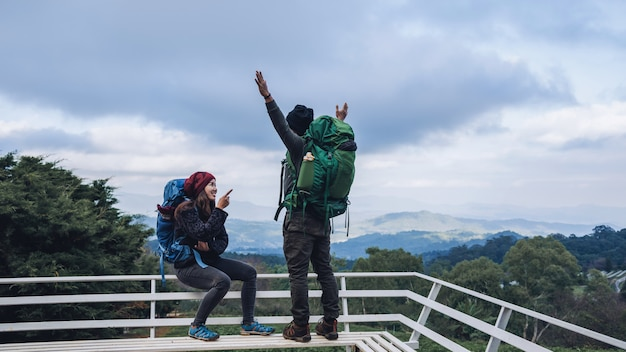 Azjatyckie pary podróżują naturę na górach w zimie. Premium Zdjęcia