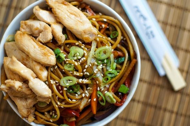 Azjatyckie potrawy w restauracji Darmowe Zdjęcia