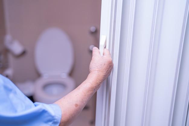 Azjatyckiego Starszego Kobieta Pacjenta Otwarta Toaletowa łazienka. Premium Zdjęcia