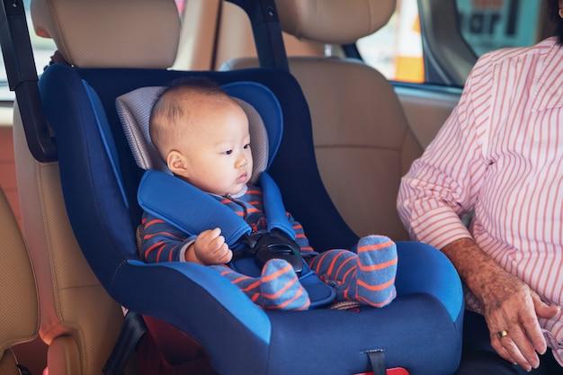 Babcia Dba O Swoją Małą Wnuczkę W Samochodzie, Pomaga Jej I Kibicuje Premium Zdjęcia