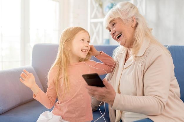 Babcia I Dziewczyna Słuchania Muzyki Na Telefon Komórkowy Darmowe Zdjęcia