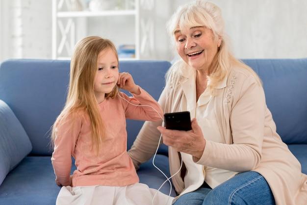 Babcia I Dziewczyna Słuchania Muzyki Darmowe Zdjęcia