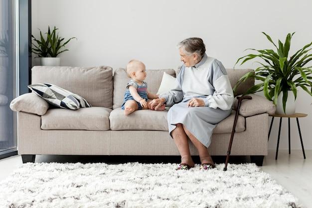 Babcia Spędzająca Czas Z Wnukiem Darmowe Zdjęcia