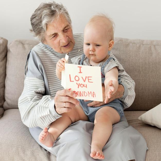 Babcia Trzyma Wnuka W Domu Darmowe Zdjęcia