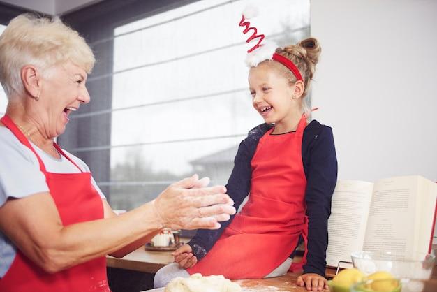 Babcia Z Dziewczyną, Ciesząc Się W Kuchni Darmowe Zdjęcia