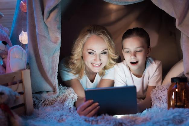 Babcia Z Dziewczyną Oglądają Wideo W Kocowym Domu W Nocy Premium Zdjęcia