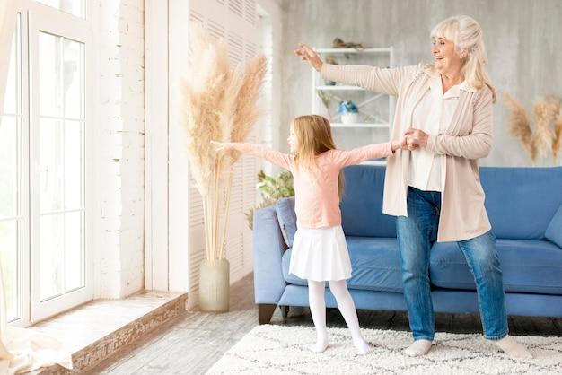 Babcia Z Dziewczyną W Domu Spędzać Czas Razem Darmowe Zdjęcia