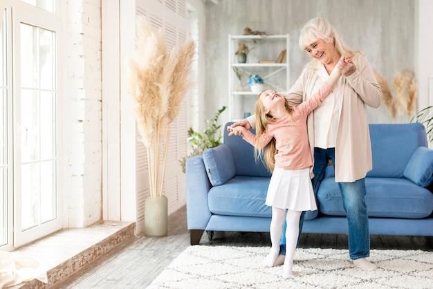 Babcia Z Dziewczyną W Domu Zabawy Premium Zdjęcia
