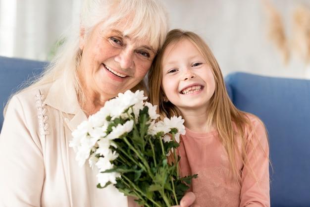 Babcia Z Kwiatami Od Dziewczynki Darmowe Zdjęcia
