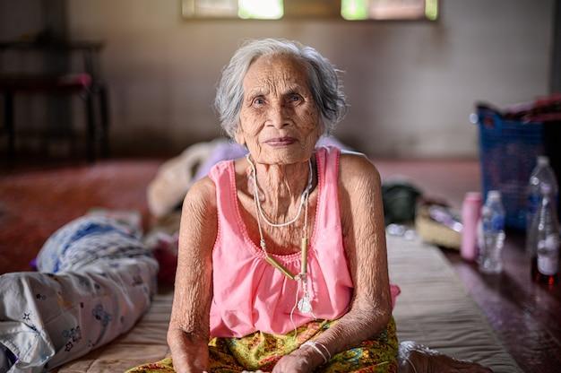 Babcia Z Uczuciem Szczęścia. Premium Zdjęcia