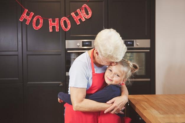 Babcia Z Wnuczką, Obejmując W Kuchni Darmowe Zdjęcia