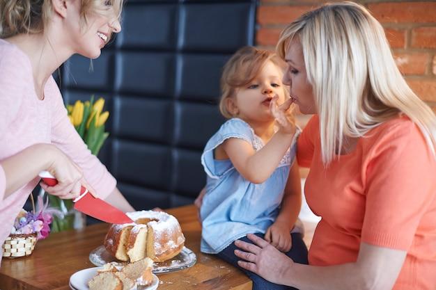 Babciu, Spróbuj Tego Pysznego Ciasta Zrobionego Przez Mamę Darmowe Zdjęcia