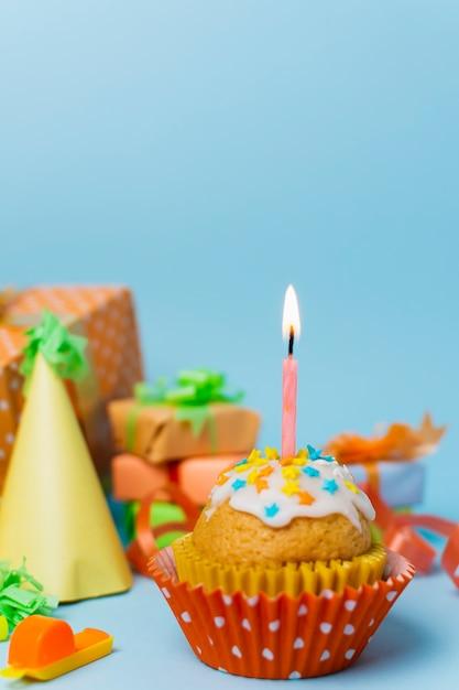 Babeczka Z Zapaloną świecą I Układem Urodzinowym Darmowe Zdjęcia