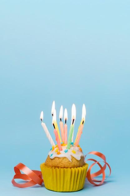 Babeczka z zapalonymi świecami i wstążką Darmowe Zdjęcia