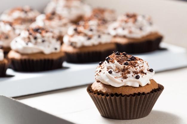Babeczki Kakaowe Z Kremem Serowym I Dekoracjami Czekoladowymi Premium Zdjęcia