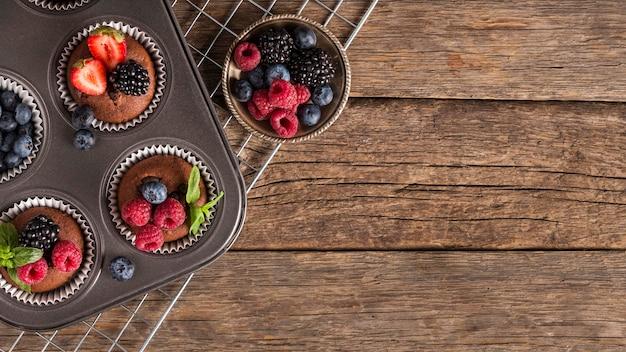 Babeczki Z Owocami Leśnymi Kopia Przestrzeń Premium Zdjęcia