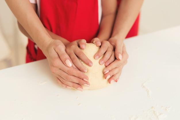 Badanie Mamy I Młodej Dziewczyny Wspólnie Upiecz Ciasto. Premium Zdjęcia