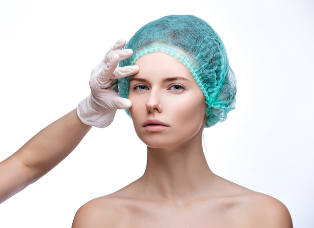 Badanie Medyczne Twarz Piękna Kobieta Rękami W Rękawiczce - Zakończenie Portret Odizolowywający Na Bielu Premium Zdjęcia