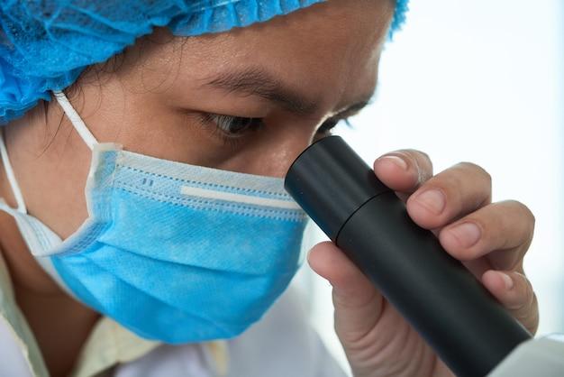 Badanie Próbki Za Pomocą Mikroskopu Darmowe Zdjęcia
