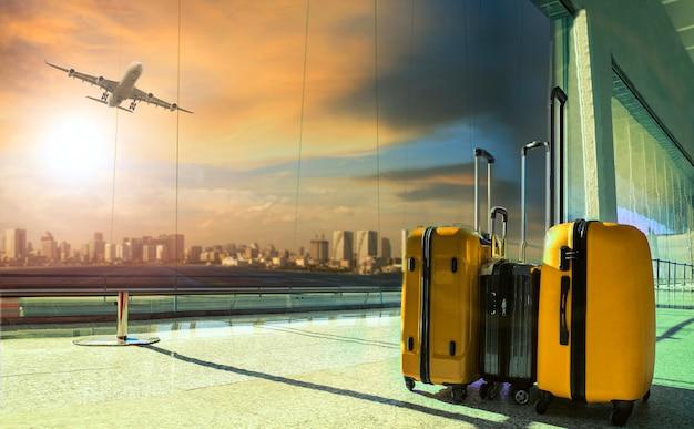 Bagaż Podróżny W Terminalu Lotniska Premium Zdjęcia