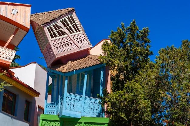 Bajkowe Domki W Parku Rozrywki Dla Dzieci W Tbilisi Premium Zdjęcia