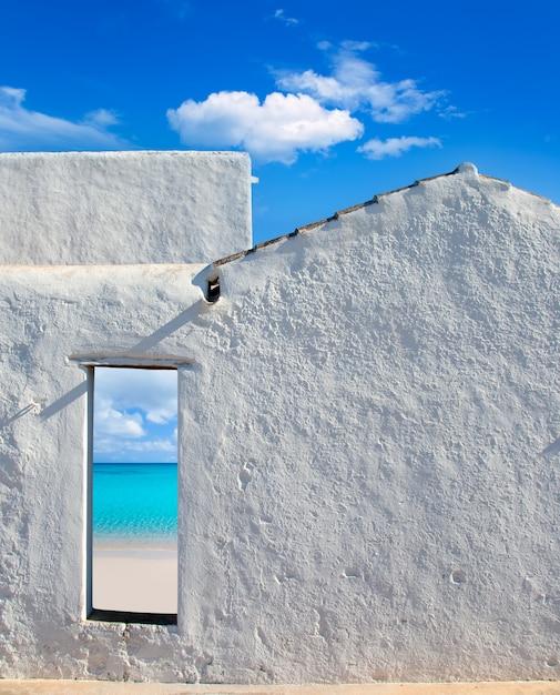 Balearic Idylliczne Plaży Od Drzwi Domu Premium Zdjęcia