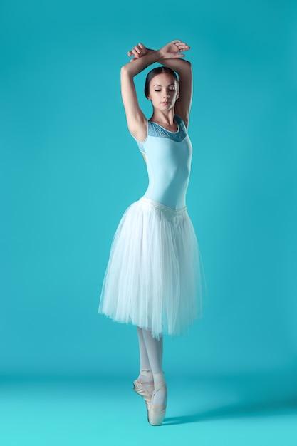 Balerina W Białej Sukni Pozuje Na Palcach, Przestrzeń Pracowni. Darmowe Zdjęcia