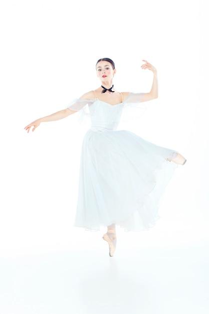 Balerina W Biel Sukni Pozuje Na Pointe Butach, Studio Przestrzeń. Darmowe Zdjęcia