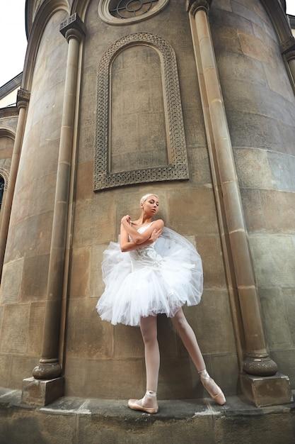 Balerina Wykonuje Blisko Starego Kasztelu Darmowe Zdjęcia