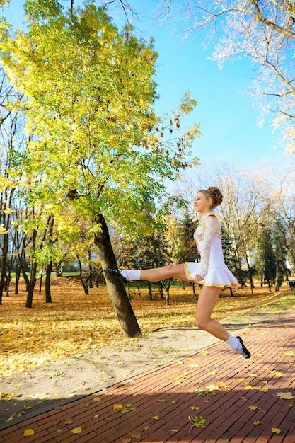 Baleriny Tańczą W Parku Przyrody Wśród Jesiennych Liści. Premium Zdjęcia