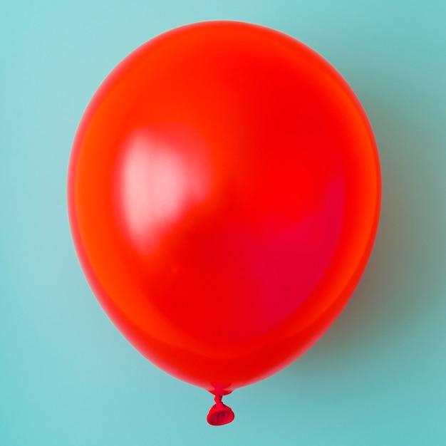 Balon Czerwony Na Niebieskim Tle Z Bliska Darmowe Zdjęcia