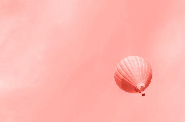 Balony Na Ogrzane Powietrze Latające Nad Niebem. Skopiuj Miejsce Premium Zdjęcia