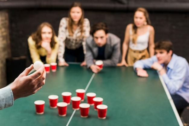 Balowa piwna ręki gracza pong s ręka Darmowe Zdjęcia