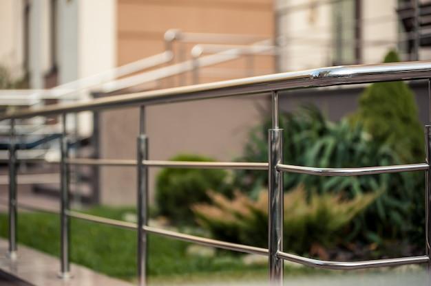 Balustrady metalowe ze stali nierdzewnej na zewnątrz nowoczesnych budynków Premium Zdjęcia