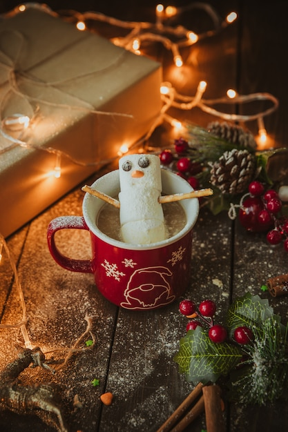 Bałwan W Kubku Kawy Na świątecznym Stole Darmowe Zdjęcia