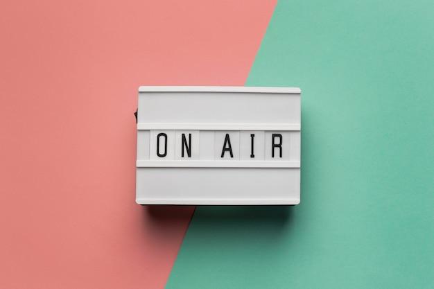 Baner Na Antenie Dla Stacji Radiowej Na Różowym I Jasnoniebieskim Tle Darmowe Zdjęcia