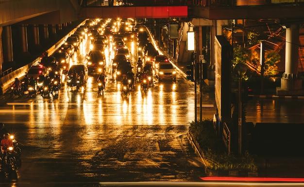 Bangkok dżemu noc ruch drogowy Premium Zdjęcia