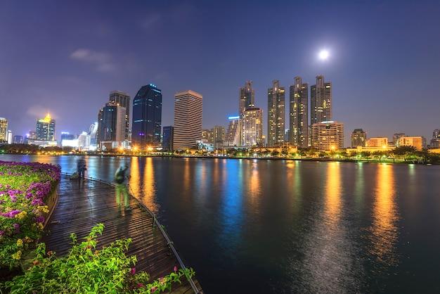 Bangkok miasta śródmieście przy nocą z odbiciem linia horyzontu, bangkok, tajlandia Premium Zdjęcia