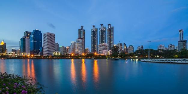 Bangkok Miasta śródmieście Przy Zmierzchem Z Odbiciem Linia Horyzontu Premium Zdjęcia