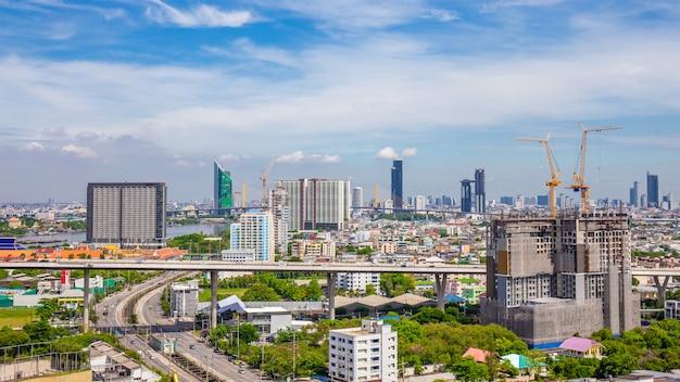 Bangkok Miasto Linia Horyzontu Z Miastowymi Drapaczami Chmur Z Obłocznym Niebem, Tajlandia Premium Zdjęcia