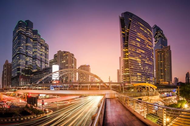 Bangkok, Tajlandia - 24.12.2019; Piękny Pejzaż Miejski Bangkok Przy Zmierzchem, Długi Ujawnienie Wizerunek Ruch Drogowy. Premium Zdjęcia