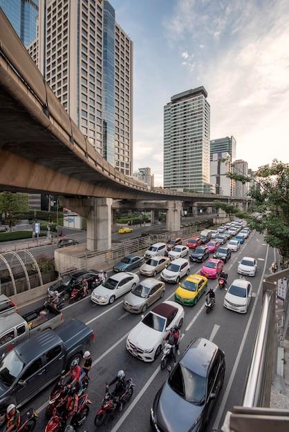 Bangkok, tajlandia. korek uliczny na drodze sathorn Premium Zdjęcia