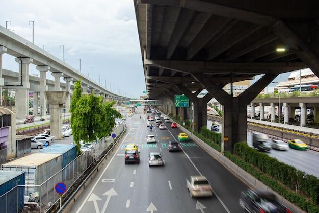 Bangkok tajlandia, lipiec, - 02, 2019: ruch drogowy podczas godziny szczytu na vibhavadi-rangsit drodze w bangkok tajlandia. Premium Zdjęcia
