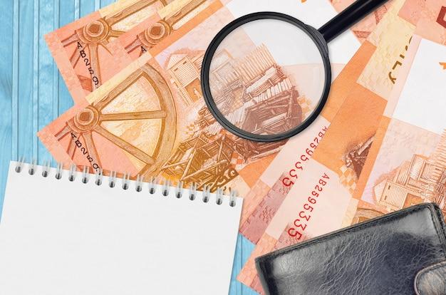 Banknoty 5 Rubli Białoruskich I Szkło Powiększające, Czarna Torebka I Notes. Pojęcie Fałszywych Pieniędzy. Wyszukaj Różnice W Szczegółach Dotyczących Rachunków Pieniężnych, Aby Wykryć Fałszywe Pieniądze Premium Zdjęcia
