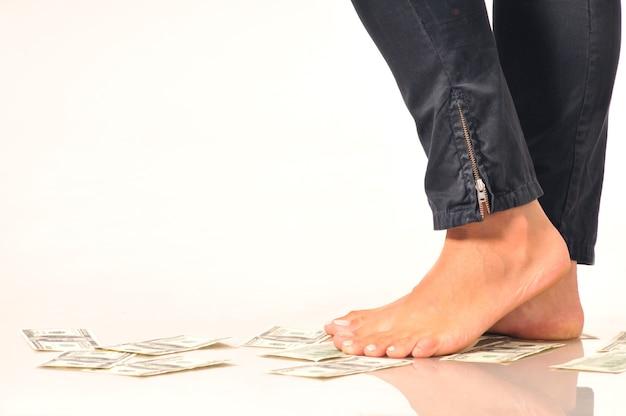 Banknoty Dolarowe Na Podłodze Pod Nogami Kobiety Sugerują Spadek Lub Dewaluację Walut Banknotów Dolarowych Premium Zdjęcia