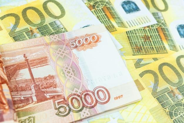 Banknoty euro, rubel Premium Zdjęcia
