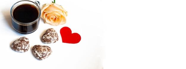 Banner śniadanie, Kawa, Ciastka Czekoladowe W Kształcie Serduszka I żółta Róża Na Białym Tle, Miejsce Na Kopię Premium Zdjęcia