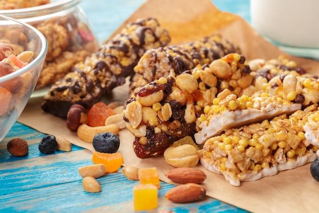 Bar granola na drewnianym Premium Zdjęcia