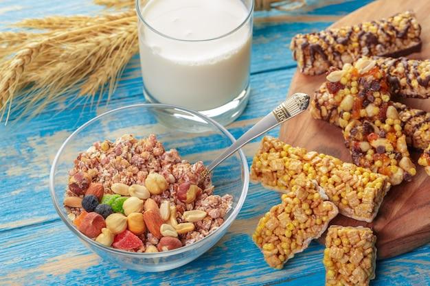 Bar granola na drewnie Premium Zdjęcia
