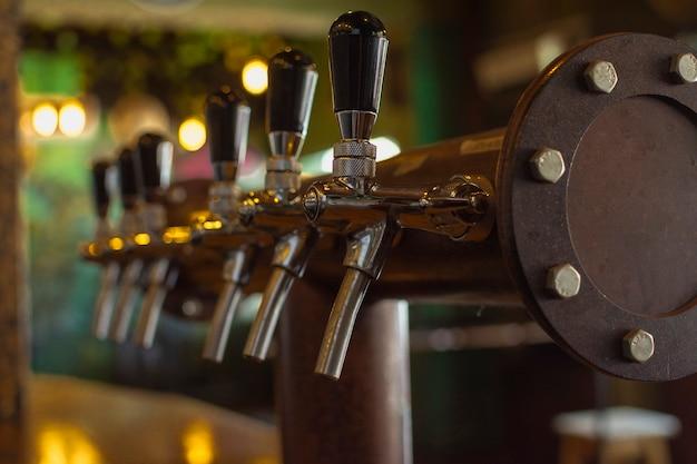 Bar ustawiony do nalewania piwa do kubka Darmowe Zdjęcia